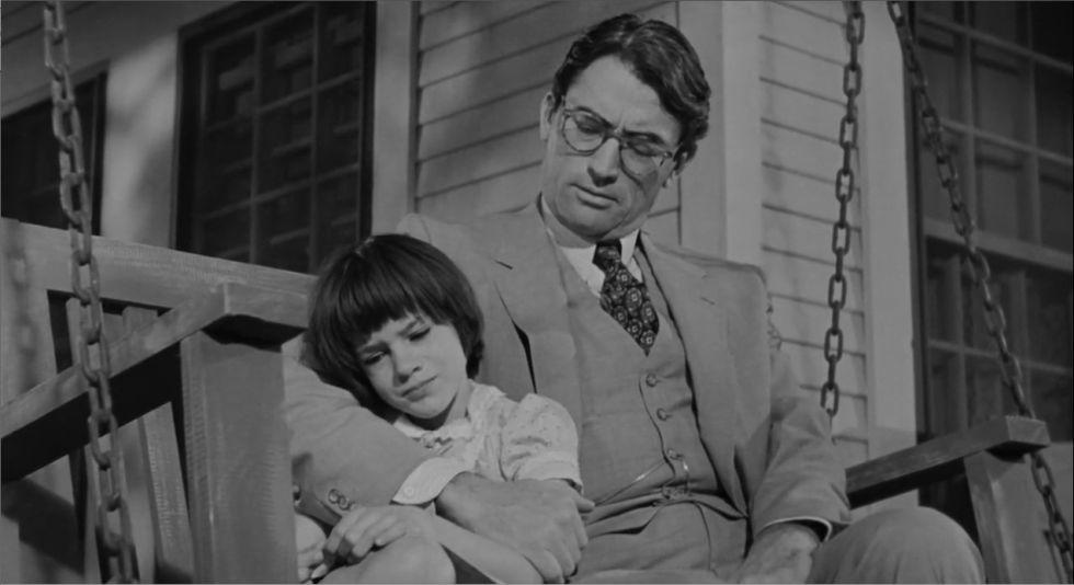 Atticus Finch (Gregory Peck) y su hija en 'Matar a un ruiseñor'