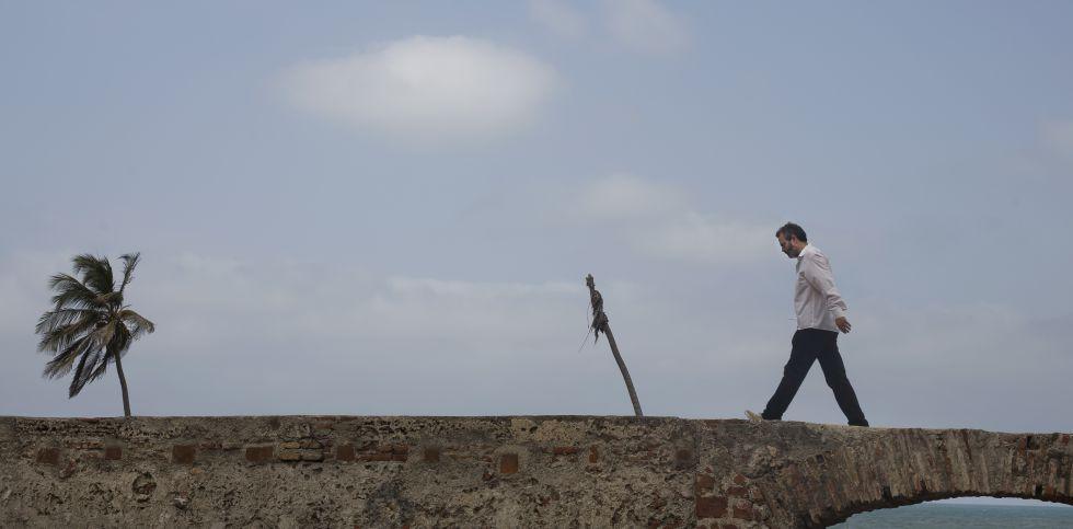 Tavares camina sobre la muralla de Cartagena de Indias durante el Hay Festival.