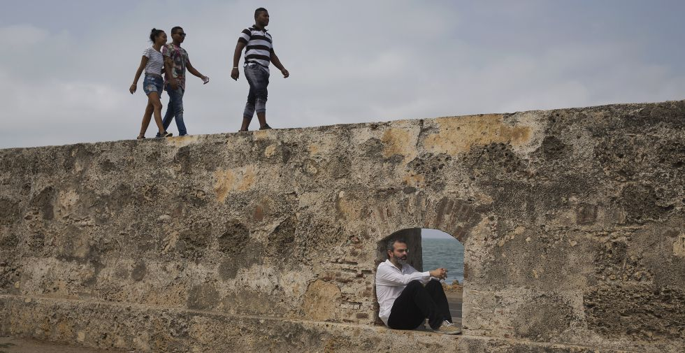 Tavares posa en un vano de la muralla de Cartagena de Indias durante el Hay Festival.