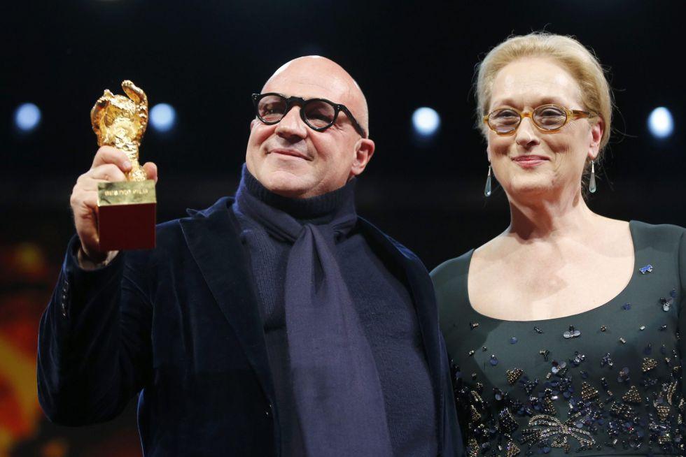 Gianfranco Rosi, con el Oso de Oro de 'Fuocoammare', junto a la presidenta del jurado, Meryl Streep.