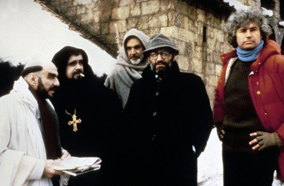 Los actores Frank Murray Abraham, Michael Lonsdale y Sean Connery, junto a Umberto Eco y el director Jean-Jacques Annaud, en el rodaje de 'El nombre de la rosa', en 1986.