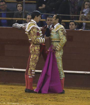 El torero Jiménez Fortes brinda su tercer toro a David Mora, durante el segundo festejo de la feria de invierno de la Plaza de Vistalegre.