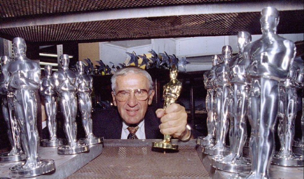 Owen Siegel posa con una estatuilla dorada y otras plateadas del Oscar, en su factoría de Chicago, en 1995.