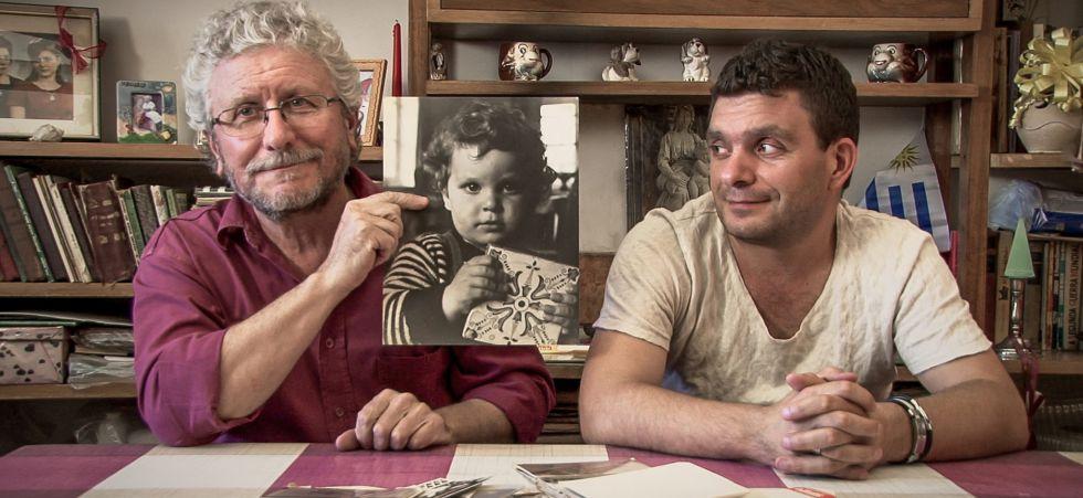 Fernando Cabrera y su hijo Fernando De Meersman con una foto que el padre conservaba en la cárcel.