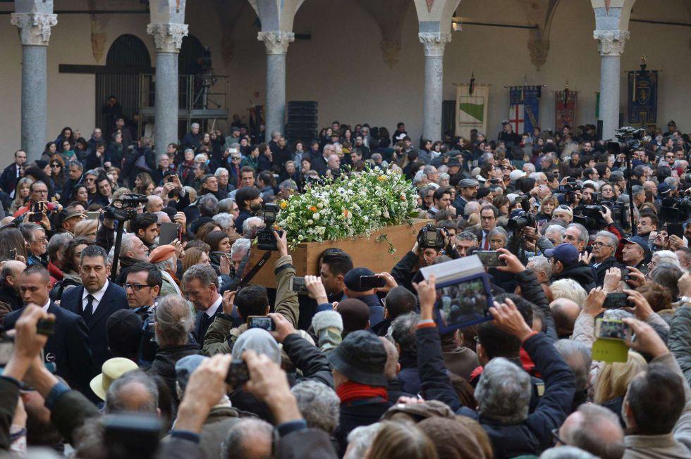 Cientos de personas despiden a Umberto Eco en el Castillo Sforzesco de Milán. rn