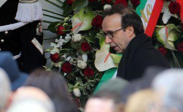 El director y actor italiano Roberto Benigni asiste al funeral.