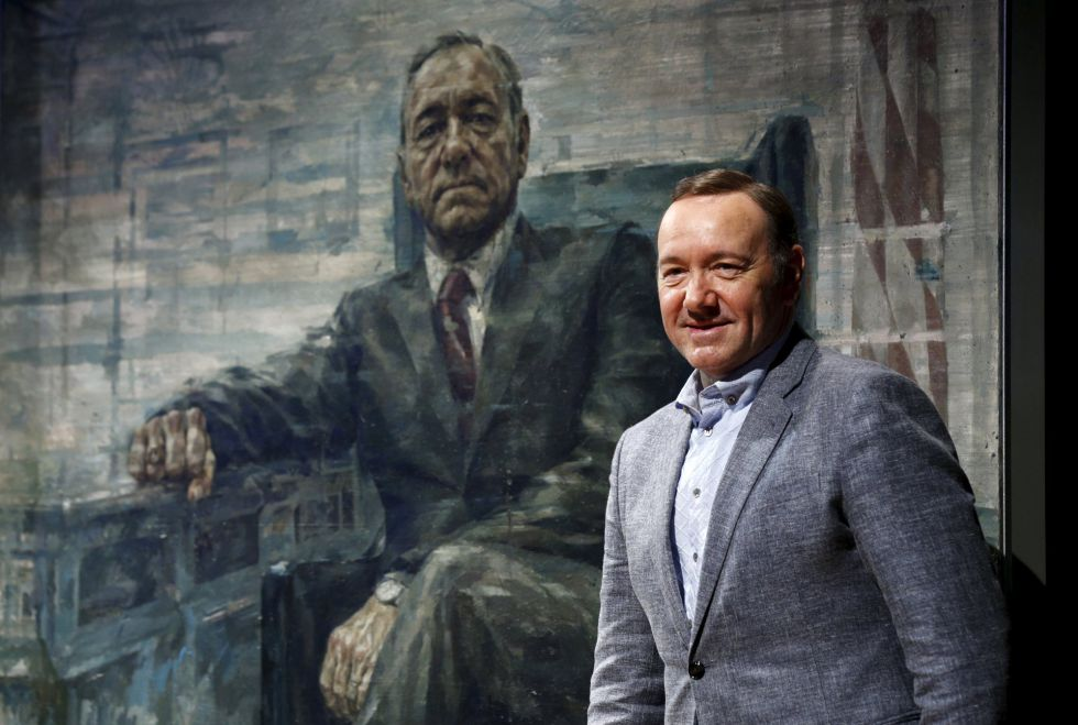 El actor Kevin Spacey junto al cuadro de Frank Underwood, personaje al que da vida en 'House of cards'.