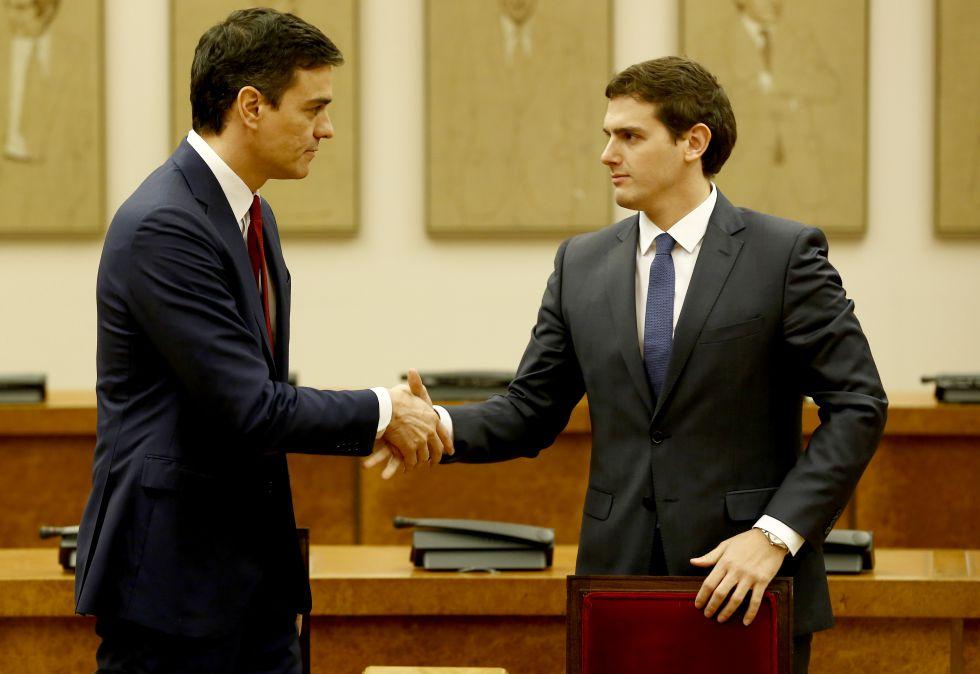 El secretario general del PSOE, Pedro Sánchez, y el presidente de Ciudadanos, Albert Rivera, durante la firma de un acuerdo de investidura y legislatura alcanzado entre los dos partidos