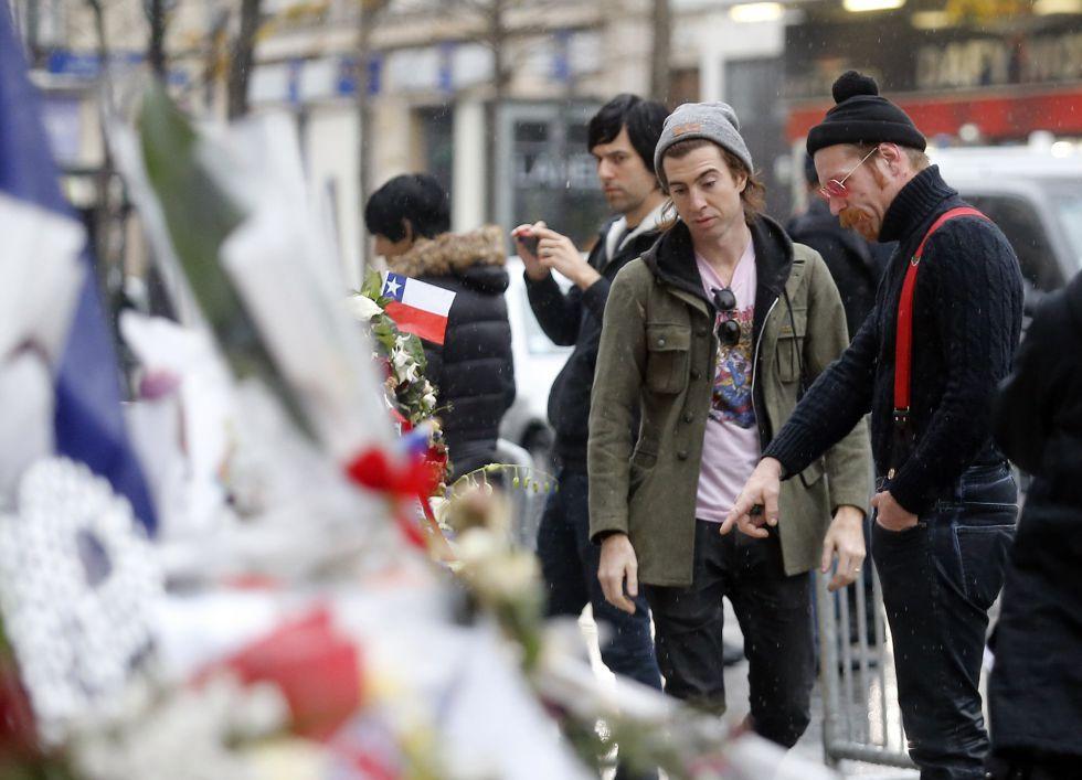 Dos miembros de Eagles of Death Metal observan el pasado 16 de febrero los recuerdos de las víctimas del atentado de la sala Bataclan en París.