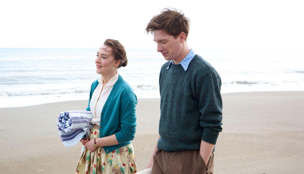 Saoirse Ronan y Domhall Gleeson, en 'Brooklyn'.