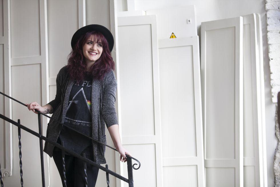 La cantante Electric Nana posa en una cafetería del madrileño barrio de Chamberí.