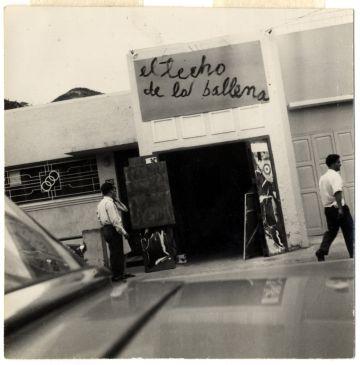 Entrada de la galería El Techo de la Ballena en Caracas en los años sesenta.