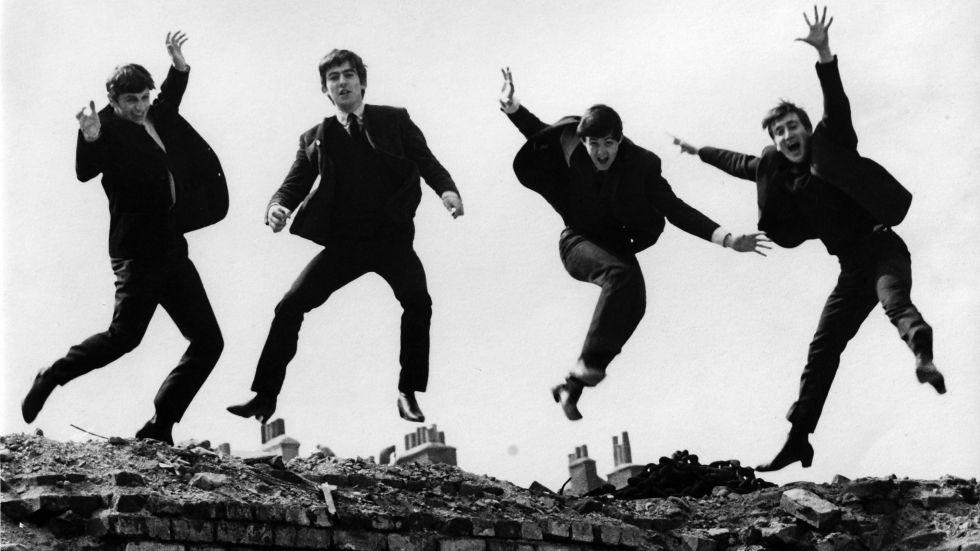 Los Beatles haciendo el loco.