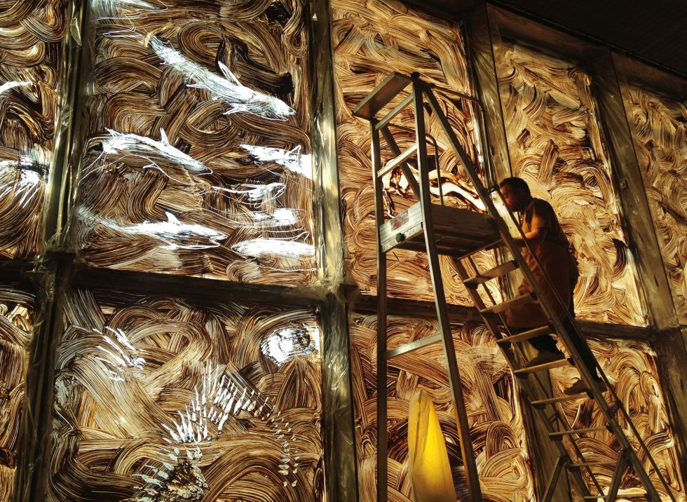 Barceló, durante la elaboración de sus frescos de arcilla.