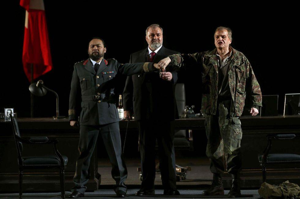 De izquierda a derecha, Samuel Youn, Hans-Peter König y Lance Ryan en la ópera de Richard Wagner 'Götterdämmerung' ('El ocaso de los dioses')