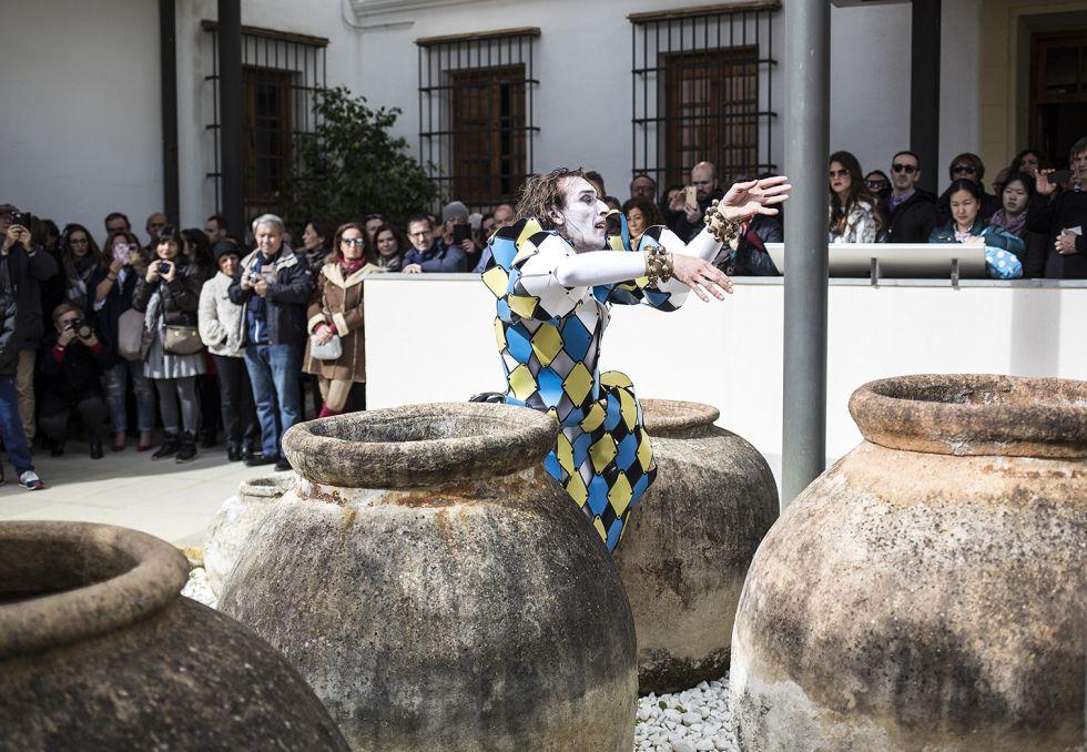 Una 'performance' de Rubén Olmo en el Museo Arqueológico de Jerez de este domingo.