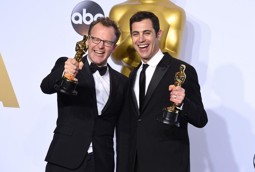 Tom McCarthy (izquierda) y Josh Singer posan con los Oscar a mejor guión por el filme 'Spotlight'
