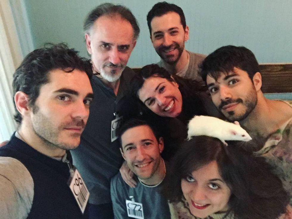 Un 'selfi' del equipo al completo de 'La Fundación'. Abajo, a la derecha, con la rata sobre la cabeza, Ruth Rubio, la directora.