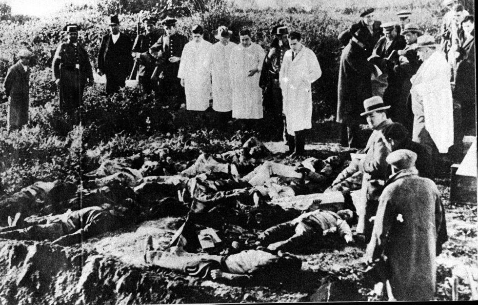 Médicos forenses y periodistas contemplan los cadáveres de las víctimas de la matanza de Casas Viejas (Cádiz, 1933)