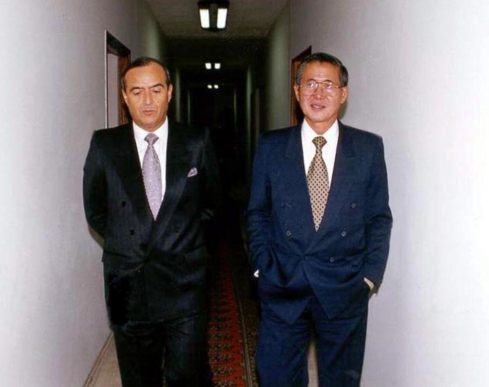 Vladimiro Montesinos (izquierda) y Alberto Fujimori en las instalaciones del Servicio Nacional de Inteligencia (SIN) de Perú.