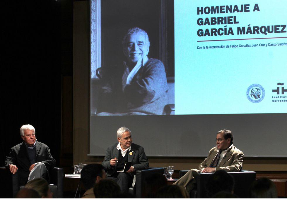 Felipe González, Juan Cruz y Dasso Saldívar, en el Homenaje a Gabriel García Márquez en el Instituto Cervantes.