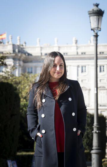 Maite Alberdi frente al Palacio Real de Madrid.