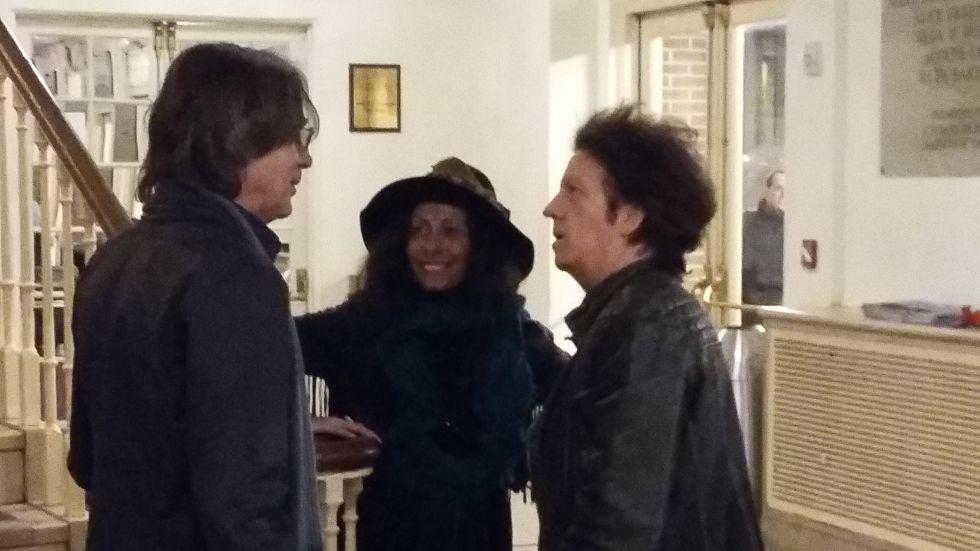 Jackson Browne, a la izquierda, charla con Willie Nile antes del concierto.