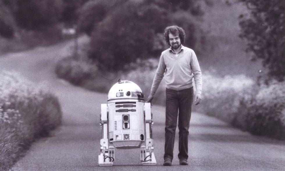 Tony Dyson, con R2-D2, en una imagen de la web oficial del creador