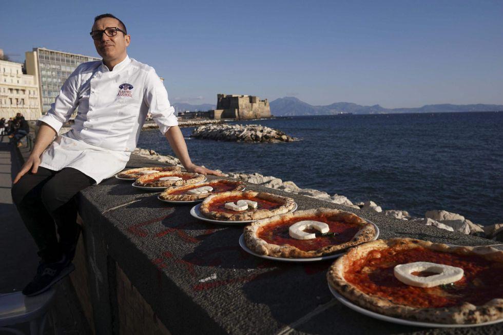 El chef italiano Gino Sorbillo muestra sus pizzas con las letras de la palabra Unesco en Nápoles, el 4 de marzo de 2016.