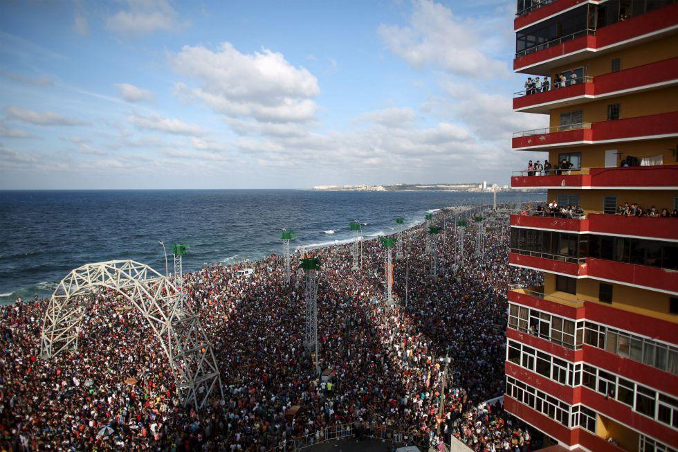 Miles de personas llenaron el malecón de La Habana para participar en la 'rave' de Major Lazer.