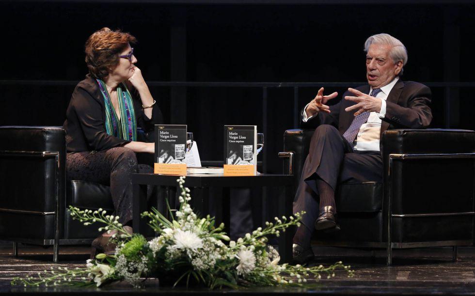 Vargas Llosa conversa con la periodista Montserrat Domínguez en la presentación de 'Cinco esquinas' en Madrid.