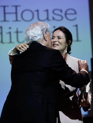 El Nobel peruano saluda a la actriz Aitana Sánchez-Gijón.