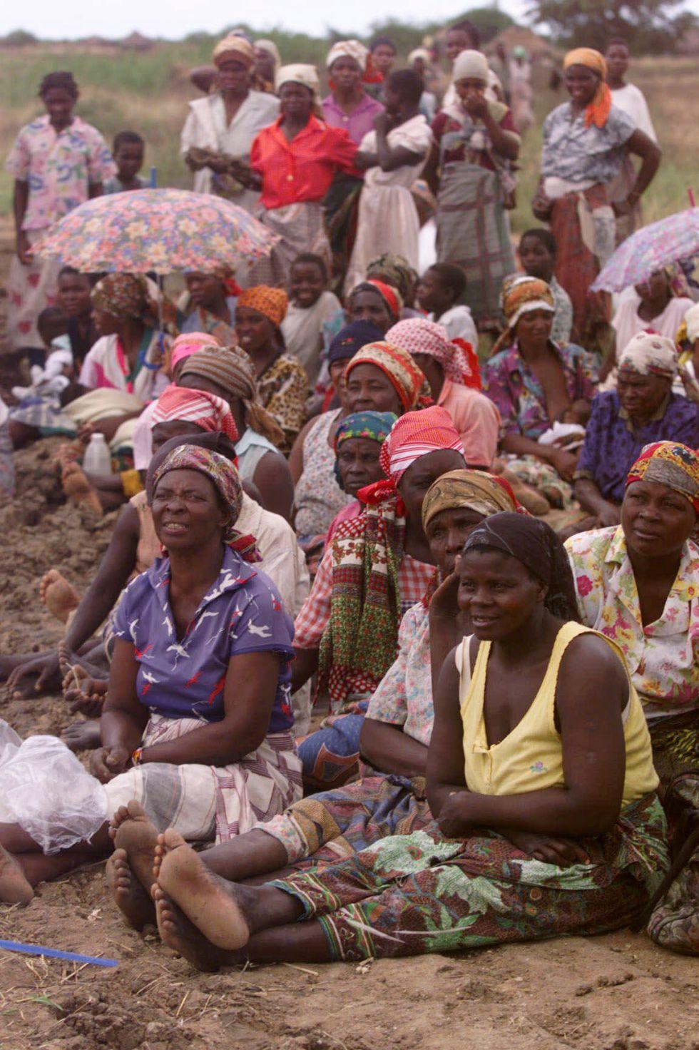 Mujeres y niños de una aldea mozambiqueña.