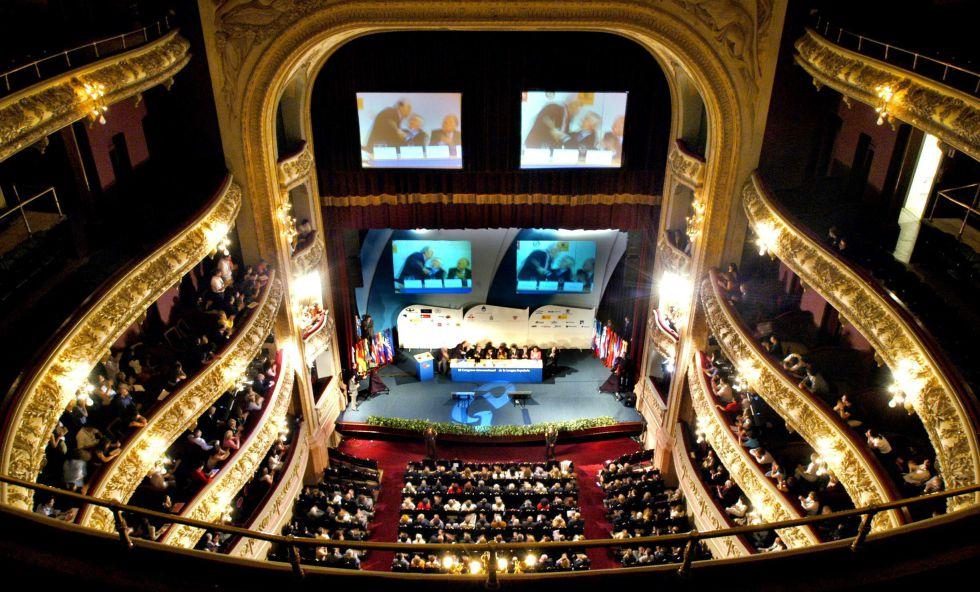 Salón principal del teatro El Círculo en la clausura del III Congreso Internacional de la Lengua Española, en Rosario (Argentina) en 2004.