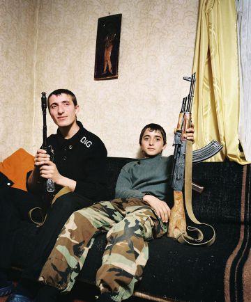 Retrato familiar realizado por el fotógrafo holandés Rob Hornstra en Abjazia para 'The Sochi Project'.