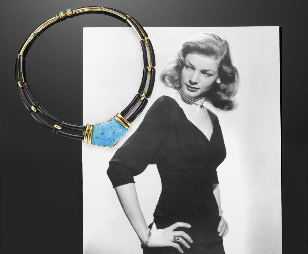 Collar con una gran turquesa que perteneció a la actriz Lauren Bacall, retratada detrás.