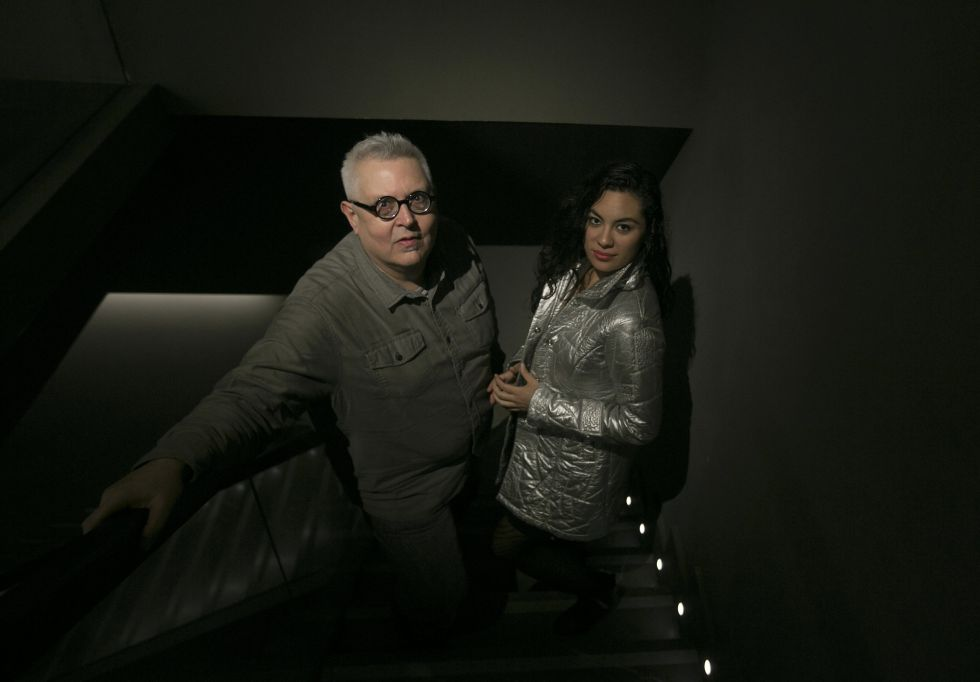 Los poetas Víctor Rodríguez Núñez y Carla Badillo Coronado, ganadores del Premio Loewe de Poesía, en una de las tiendas de la marca en Madrid.