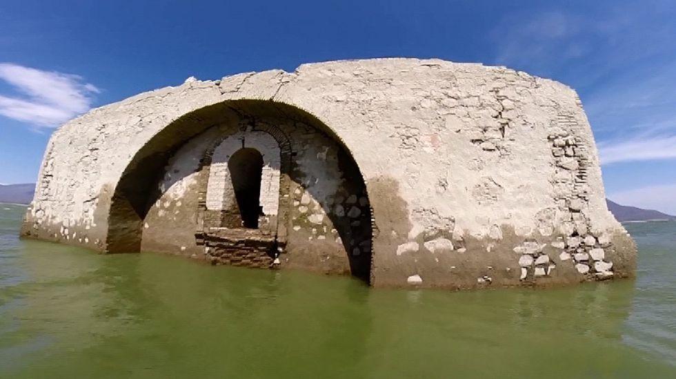 Antiguo templo dominico que por la sequía resurge de las aguas en la presa Benito Juárez,