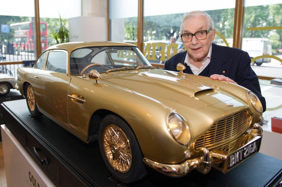 Ken Adam con el Aston Martin diseñado para la saga de James Bond.