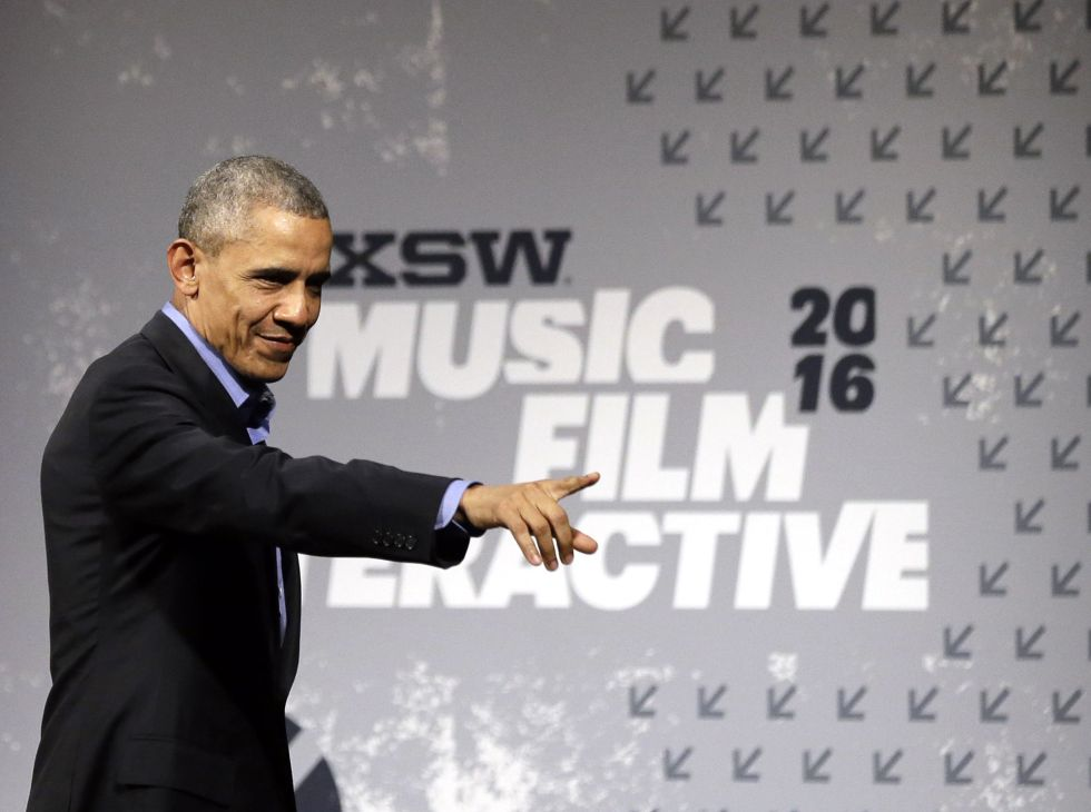 Barack Obama saluda a la audiencia en el South by Southwest Festival, en Austin, Texas.