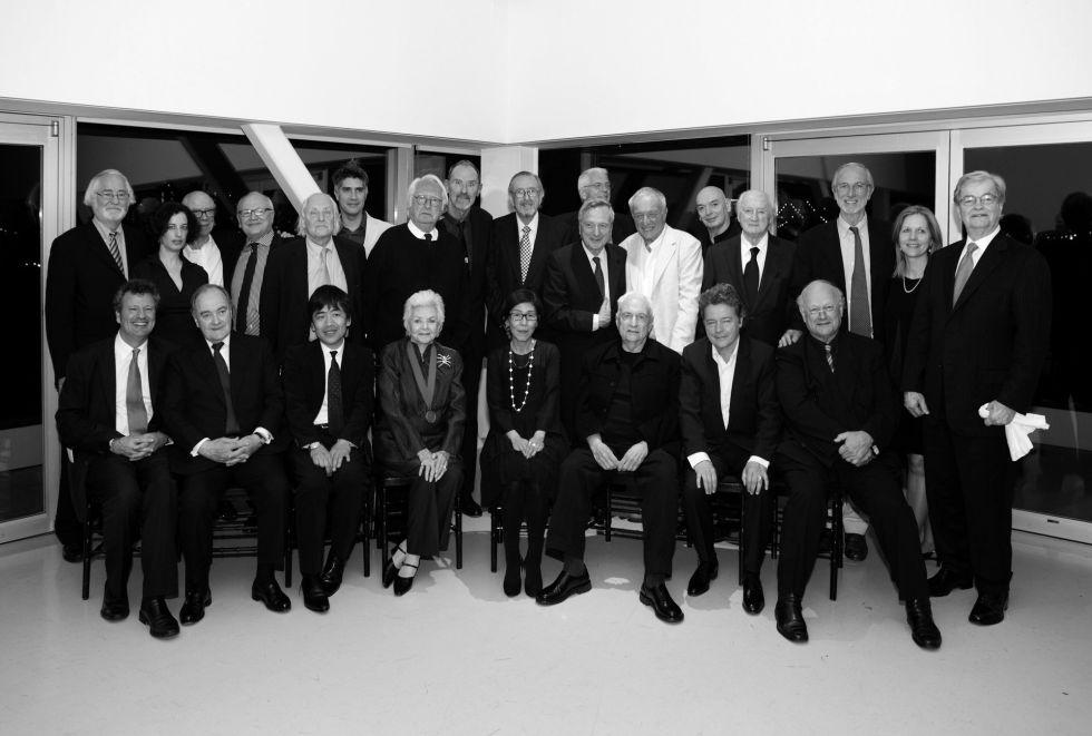 De pie, de izquierda a derecha, el jurado del premio en su edición de 2010: Juhani Pallasmaa, Karen Stein, Rolf Fehlbaum, Jorge Silvetti, Hans Hollein, Alejandro Aravena, Richard Meier, Thom Mayne, Cesar Pelli, Rafael Moneo, Jan Utzon, Richard Rogers, Jean Nouvel, Kevin Roche, Renzo Piano, Martha Thorne, Bill Lacy. Sentados, de izquierda a derecha: Carlos Jimenez, Lord Palumbo, Ryue Nishizawa, Cindy Pritzker, Kazuyo Sejima, Frank Gehry, Christian de Portzamparc y Glenn Murcutt