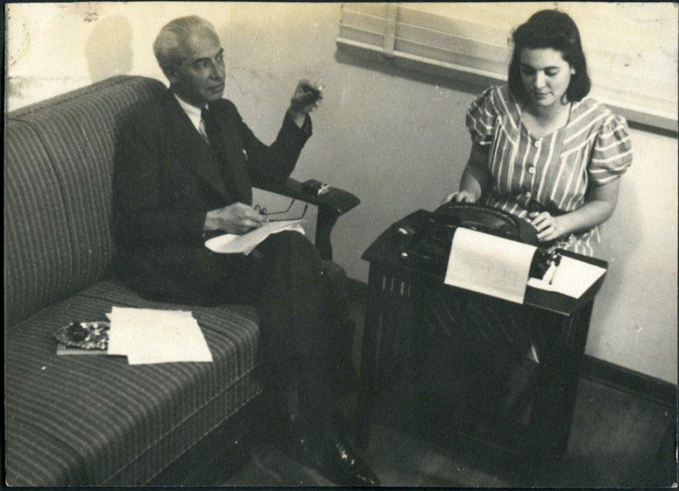 Bernardo Giner dictando a su hija Elisa B que escribe a máquina, en México.