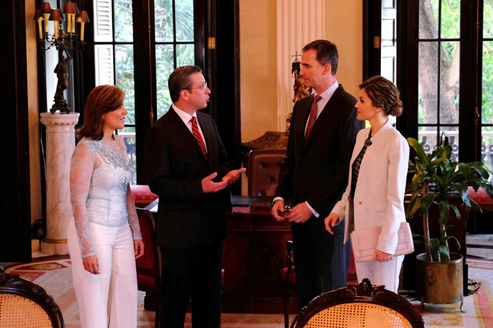 Los reyes de España son recibidos por el gobernador de Puerto Rico, Alejandro Padilla, y la primera dama, Wilma Pastrana.