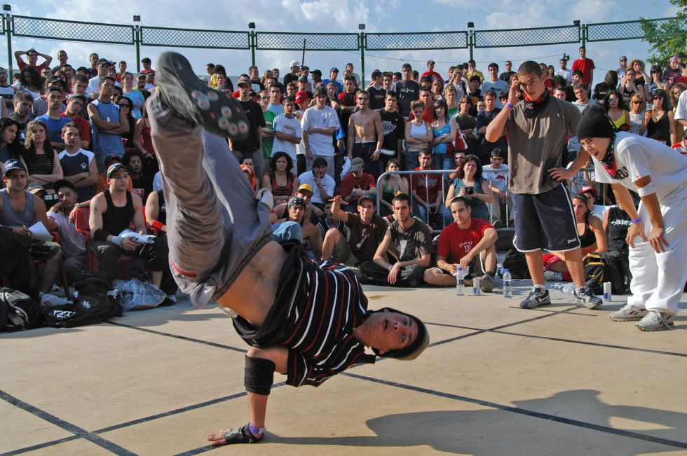Un joven baila hip hop en el festival Hot Point de Granada.