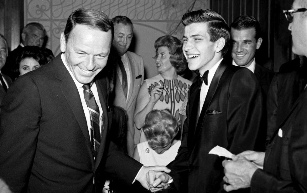 Frank Sinatra Jr. conversa con su padre, Frank Sinatra en Las Vegas, en 1963.