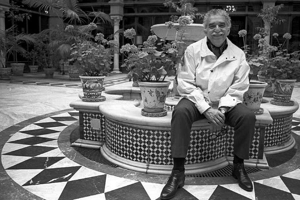 Gabriel García Márquez, sentado en un patio típico sevillano en abril de 1994.