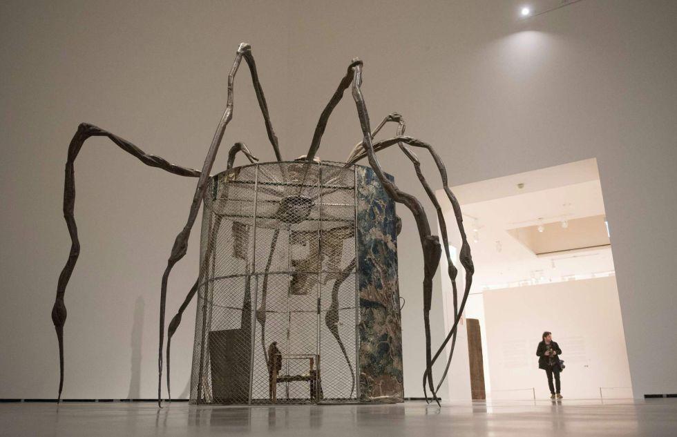 Un hombre camina junto a la obra 'Araña', que forma parte de la exposición sobre Bourgeois que acoge el Museo Guggenheim.
