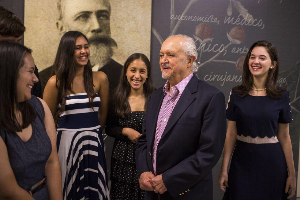 El Nobel de Química, Mario Molina, con algunos de los estudiantes premiados por sus trabajos.