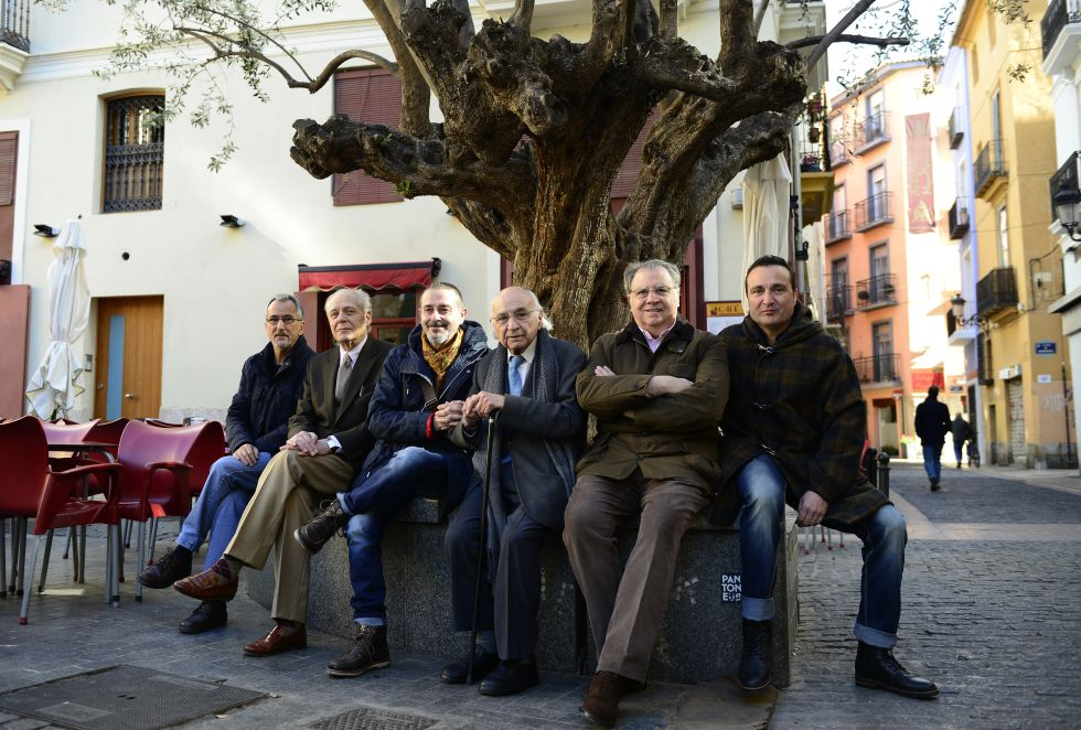 Los poetas Antonio Cabrera, Guillermo Carnero, Vicente Gallego, Francisco Brines, Jaime SIles y Carlos Marzal, en una plaza de Valencia.