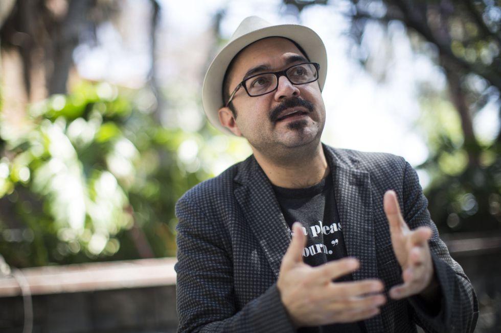 El escritor mexicano Bernardo Esquinca presenta su última novela 'Carne de ataúd'.